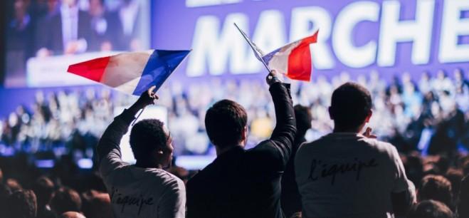 emmanuel-macron-en-marche-rassemblement-meeting-politique-citoyen-drapeau-revolution-tous