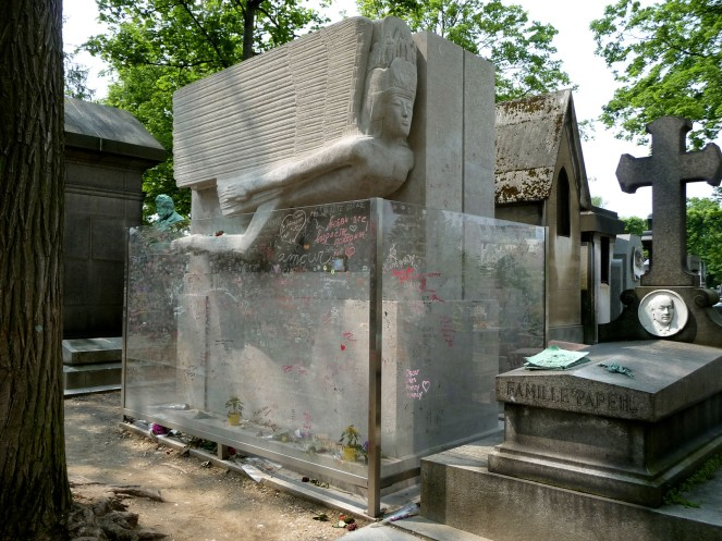 Tomb_of_Oscar_Wilde,_Père_Lachaise_cemetery,_Paris,_France