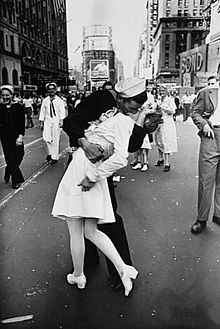 220px-Legendary_kiss_V–J_day_in_Times_Square_Alfred_Eisenstaedt