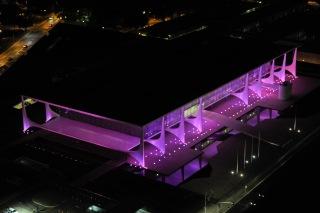 Iluminação cor-de-rosa para marcar o mês de conscientização sobre o câncer de mama, conhecido como Outubro Rosa. Recebem a iluminação especial edifícios da Esplanada dos Ministérios e da Praça dos Três Poderes, inclusive o prédio do Senado. Foto: Jefferson Rudy/Agência Senado