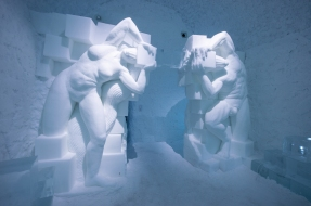 art-suite-out-of-the-box-icehotel-photo-Asaf-Kliger
