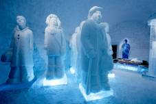Deluxe_Suite_The_invisible_invincible_army_._Design_Nina_Hedman_Lena_Kristr_m._Photo_Asaf_Kliger._ICEHOTEL_425452